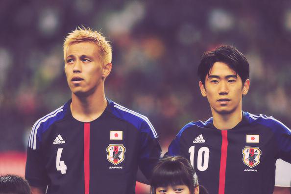 Keisuke Honda à gauche et Shinji Kagawa à droite