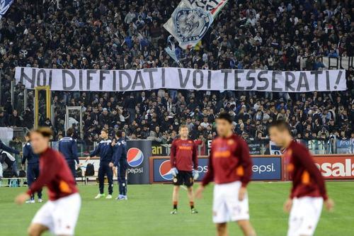 Banderole anti-tessera del tifoso lors du derby romain par les supporters de la Lazio ( Bastien Poupat/ La Grinta)
