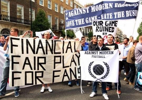 Rassemblement de supporters contre le prix excessif des palces.