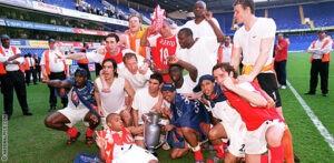 Les joueurs d'Arsenal célébrant le titre sur la pelouse de White Hart Line