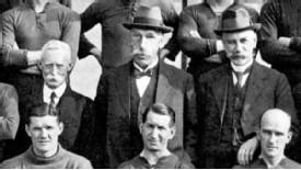 Sir Henry Norris (au centre) est à l'origine de la promotion d'Arsenal au détriment de Tottenham