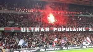 Les ultras de la populaire sud lors de la réception de Marseille. Crédit: Bastien Poupat.