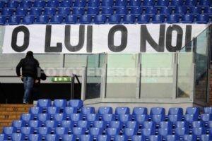 """""""Ou lui, Ou nous"""", banderole adressé au président laziali."""