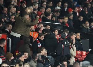 Un supporter réconforte David Moyes lors du derby face à City. (DR)