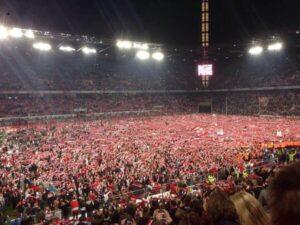 Marée rouge et blanche dans le stade de Cologne. (via @Aguichetsfermes)