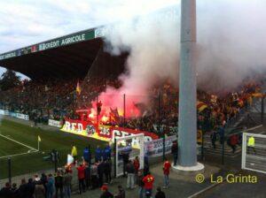 Les Red Tigers 1994 fêtent leur 20 ans à Châteauroux et seraient plus de 1000 en parcage. Anniversaire gâchée par des heurts avec les stadiers. (Bastien Poupat / La Grinta)