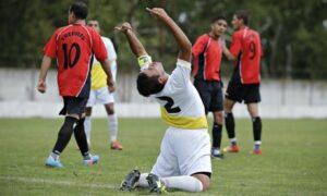 Ernesto Ortiz, joueur de Papa Francisco frustré après une occasion de marquer contre Trefules. (Victor R. Caivano/AP)