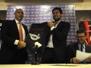 Le président de San Lorenzo Matías Lammens, à droite, signe l'accord du retour au Boedo. (DR)