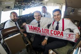 Le président du FC Séville dans le cockpit de l'avion avant le départ vers Turin. (DR)