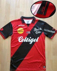 Le club de Guingamp remercie le groupe ultra Kop Rouge dans leurs nouveaux maillots. (DR)