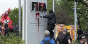 Le bâtiment de la FIFA pris à parti par les manifestants. (DR)