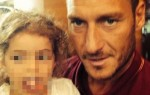 Selfie de Totti avec la fillette atteinte d'un cancer en cure à Boston. (DR)