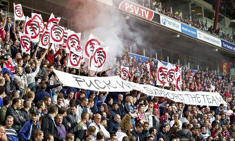 Des supporters du PSV Eindhoven manifestent contre l'instauration du wifi au Philips Stadion. (Getty Images)