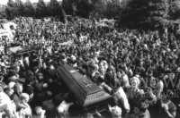 La foule rend un dernier hommage lors de l'enterrement de Vincenzo. (DR)