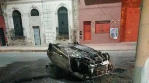 voiture incendié après les affrontements entre Dock Sud et San telmo