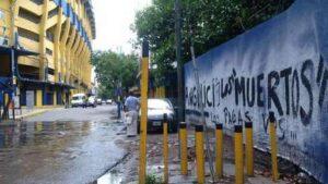 "Graffiti ""Angelici tu paies les morts"" devant la Bombonera. (DR)"