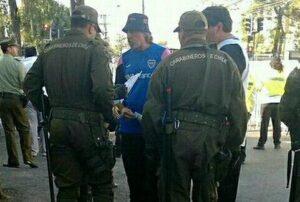 Rafael Di Zeo, accompagné de Francisco Munoz leader de la Barra-Brava de Colo-Colo, bloqué en dehors du stade Santa Laura hier soir (DR)
