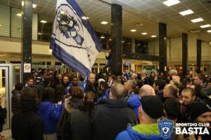 Supporters bastiais à l'arrivée des joueurs à laéroport. @SCB