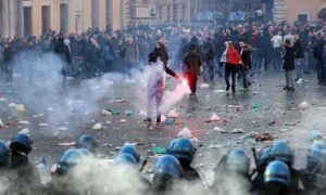 Les supporters de Feyenord défie les carabiniers Piazza di Spagna ©www.corrieredellosport.it