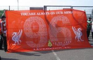 Banderole des supporters de Liverpool en hommage aux 96 victimes de la tragédie.