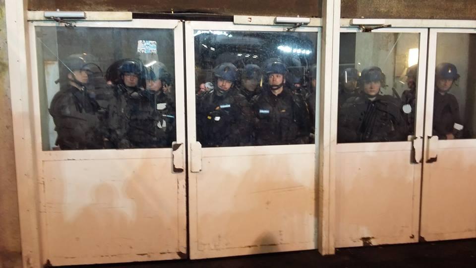 Les CRS, gardant les portes derrière lesquelles sont enfermés les supporters parisiens.