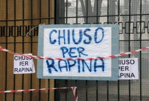 "Manifestation de supporters devant le stade. ""Fermé pour vol"". (Francesco Lia/Edirinnova)"