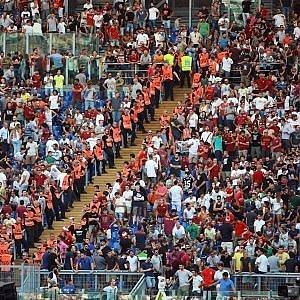 En attendant la fin des travaux prévue contre l'Udinese dans quelques jours, des stewards précèdent les murs. (DR)