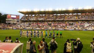 Les onzes de chaque équipe se saluent avant le coup d'envoi. (Adrien Vicente / La Grinta)