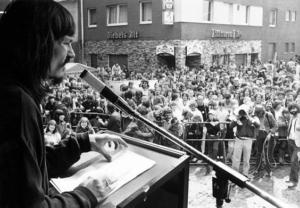 Lienen prend la parole lors d'un rassemblement pacifiste – source : imago sportfotodienst