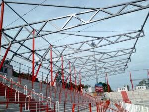 Le stade attend son nouveau toit. – Photo : Christian Liebscher