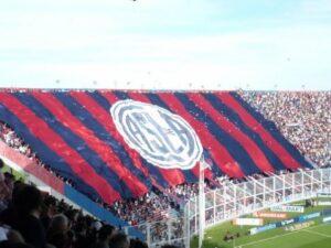 La popular de San Lorenzo où prend place la barra-brava locale, La Butteler, lors d'une rencontre face à River Plate. (Bastien Poupat/La Grinta)