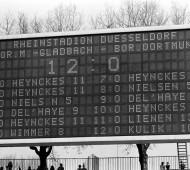 Bildnummer: 01032436  Datum: 29.04.1978  Copyright: imago/Sven Simon Anzeigetafel: 12:0 Sieg für Borussia Mönchengladbach gegen Borussia Dortmund - bis heute unerklärlich...; Vneg, Vsw, hoch, Bundesligahistorie, Fußballgeschichte, Fußballhistorie, Geschichte, Historie, Rekordergebnis, Anzeigetafel, Anzeige, Tafel, Stadionanzeige, Ergebnis, Endergebnis, Resultat, Spielstand, Kantersieg, Saison 1977/1978, Borussia Mönchengladbach - Borussia Dortmund 12:0, Bundesligageschichte, Düsseldorf Fußball 1. BL Herren Mannschaft Deutschland Einzelbild Randmotiv Objekte Kurios
