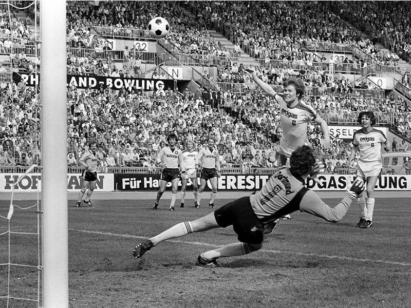 Le joueur de Gladbach Carsten Nielsen trompe le gardien du Borussia Dortmund Peter Endulrat, héros malheureux de la rencontre. (Crédit photos: Kicker.de)