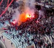Curva Nord vs CRS : torches, fusées et lancés de siège contre lacrimogènes et tonfas @MatthieuAgosta